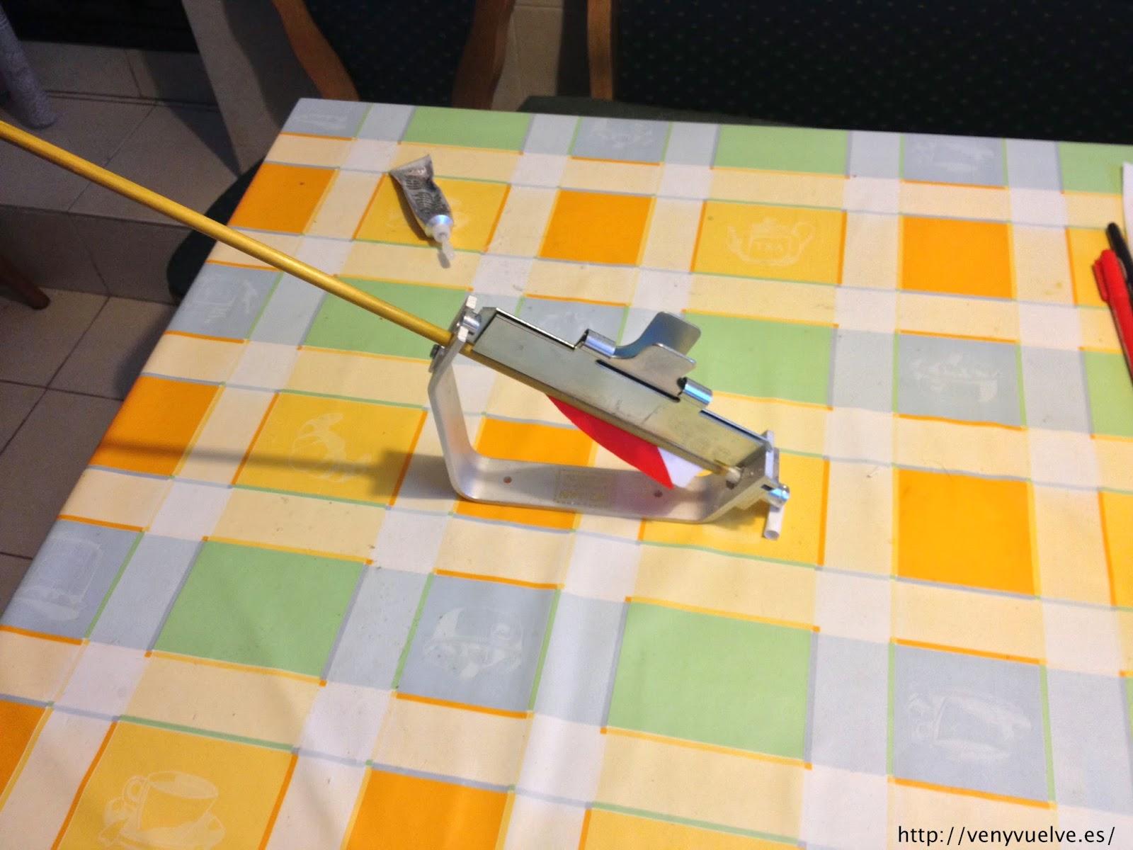 Flecha de madera en la emplumadora