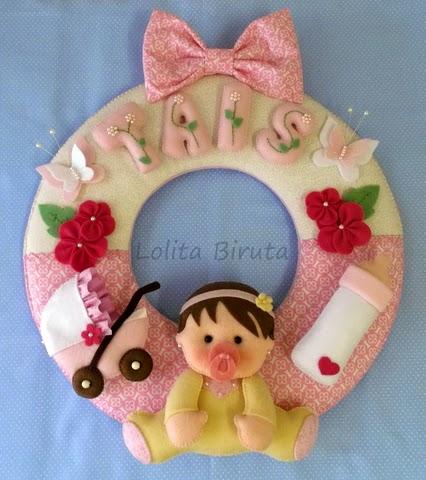 Guirlanda em feltro e tecido para porta de maternidade menina em tons de rosa e amarelo