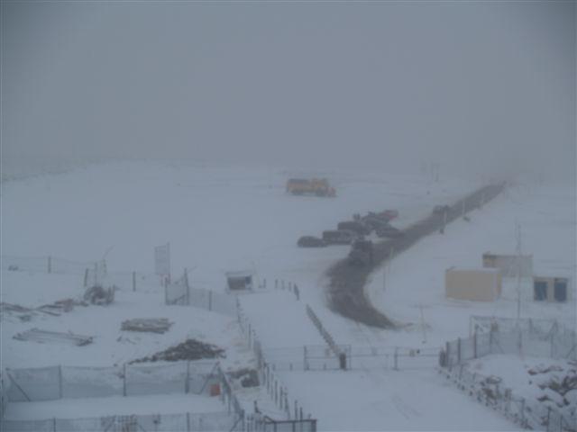 imagen del aparcamiento de la estacion de esqui desde la estacion, vacio y con nieve