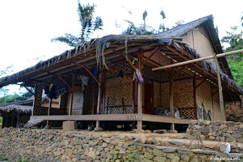 Rumah Baduy luar berbentuk panggung setinggi sekitar setengah meter dari permukaan tanah