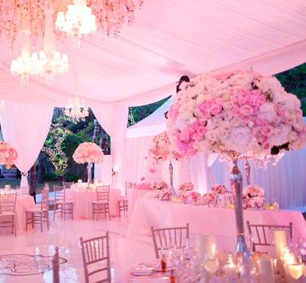 Decoração em tons de rosa. Iluminação para casamento.
