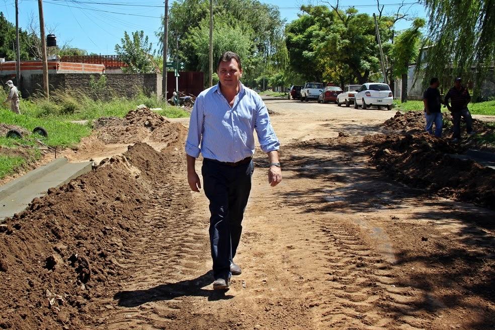 El intendente Raimundo visitó los trabajos de cordón cuneta en barrio Capitán Bermúdez