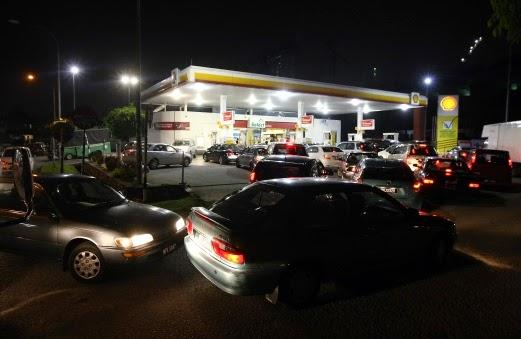 Gambar Stesen minyak alami kesesakan luar biasa kerana pengumuman kenaikan harga petrol dan diesel malam tadi