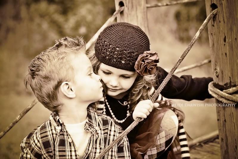 Gambar lucu bayi-bayi berciuman romatis