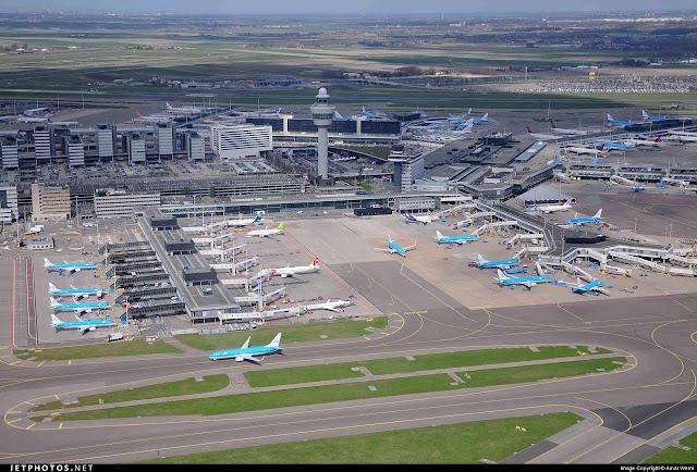 Η διάρκεια των απευθείας πτήσεων από το αεροδρόμιο της Αθήνας προς το αεροδρόμιο του 'Αμστερνταμ είναι 3 ώρες και 15 λεπτά.