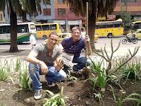 W. Antonio Divison y Rafael, plantando en el Día de la Tierra
