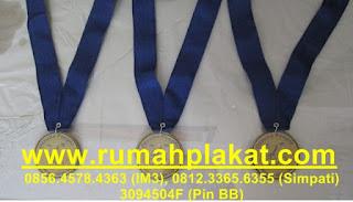 medali wisuda, toko medali surabaya, pesan medali kuningan, 0856.4578.4363, www.rumahplakat.com
