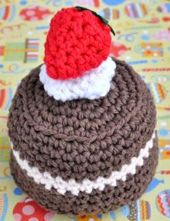 http://translate.googleusercontent.com/translate_c?depth=1&hl=es&prev=/search%3Fq%3Dhttp://crochet.craftgossip.com/%26safe%3Doff%26biw%3D1429%26bih%3D984&rurl=translate.google.es&sl=en&u=http://bowtiesfezzes.com/2013/07/21/crochet-amigurumi-birthday-cake/&usg=ALkJrhh1cw_v3ro2OSji1myi4VUQxndOxQ