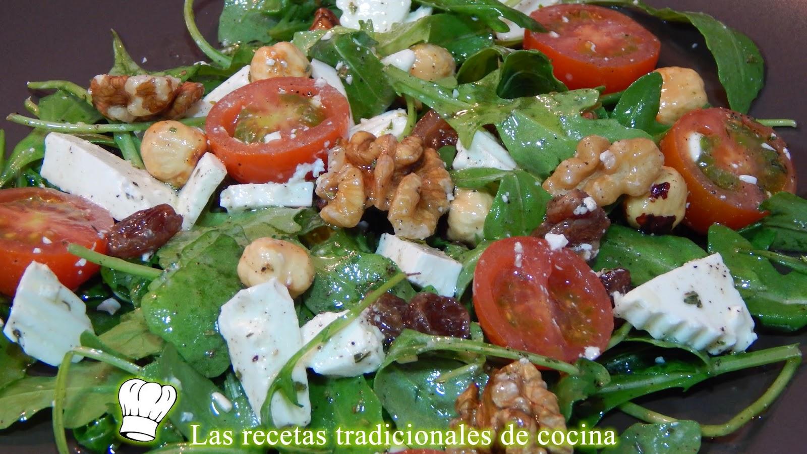 Ensalada de rúcula con frutos secos y queso fresco