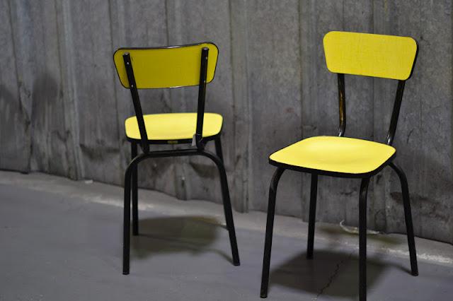 past present ensemble de chaises en formica jaune. Black Bedroom Furniture Sets. Home Design Ideas