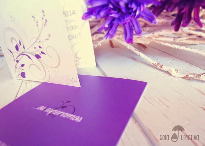 invitación de boda morado y gris Gota Creativa