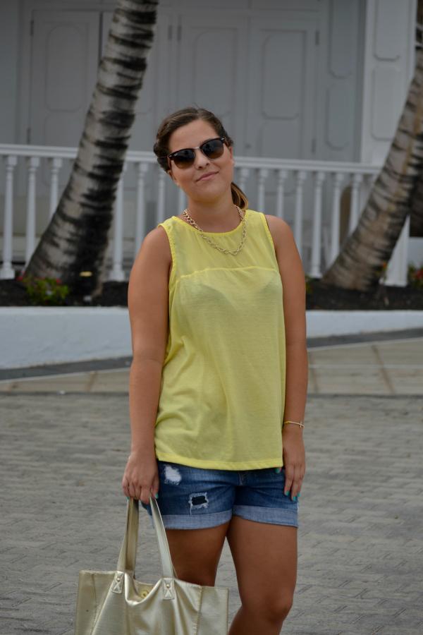 camiseta_amarilla_pull_and_bear_rayban_complementos_dorados_cuñas_cómodas_Blanco_nudelolablog_05
