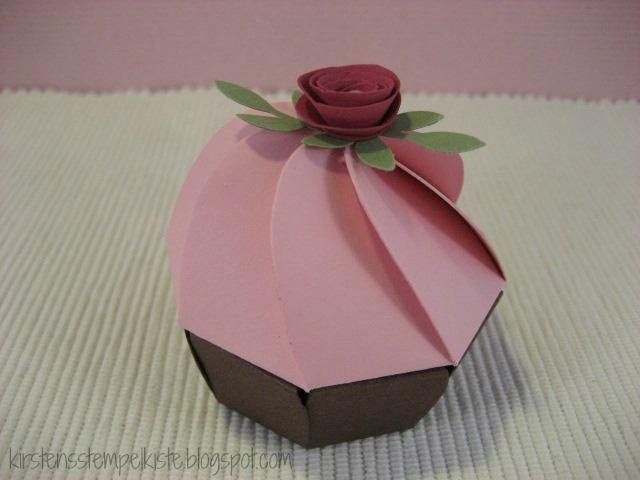 Kirsten stempelkiste cupcakes aus der bigz xl faltblume for Geschenk fa r onkel basteln