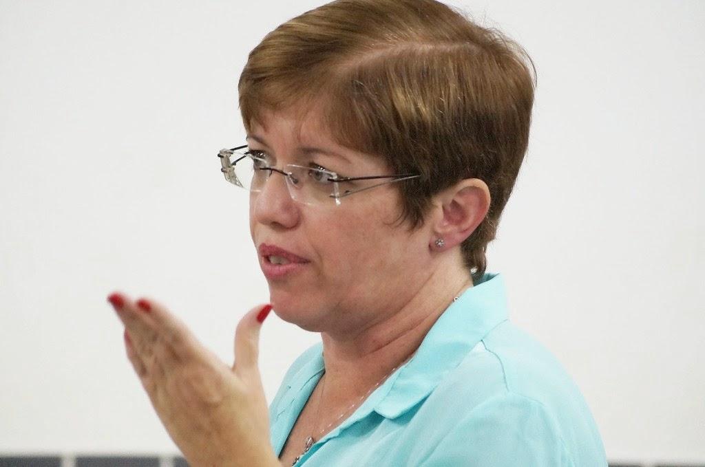 Coordenadora da EJA, Ana Paula Coutinho, fala com sua equipe