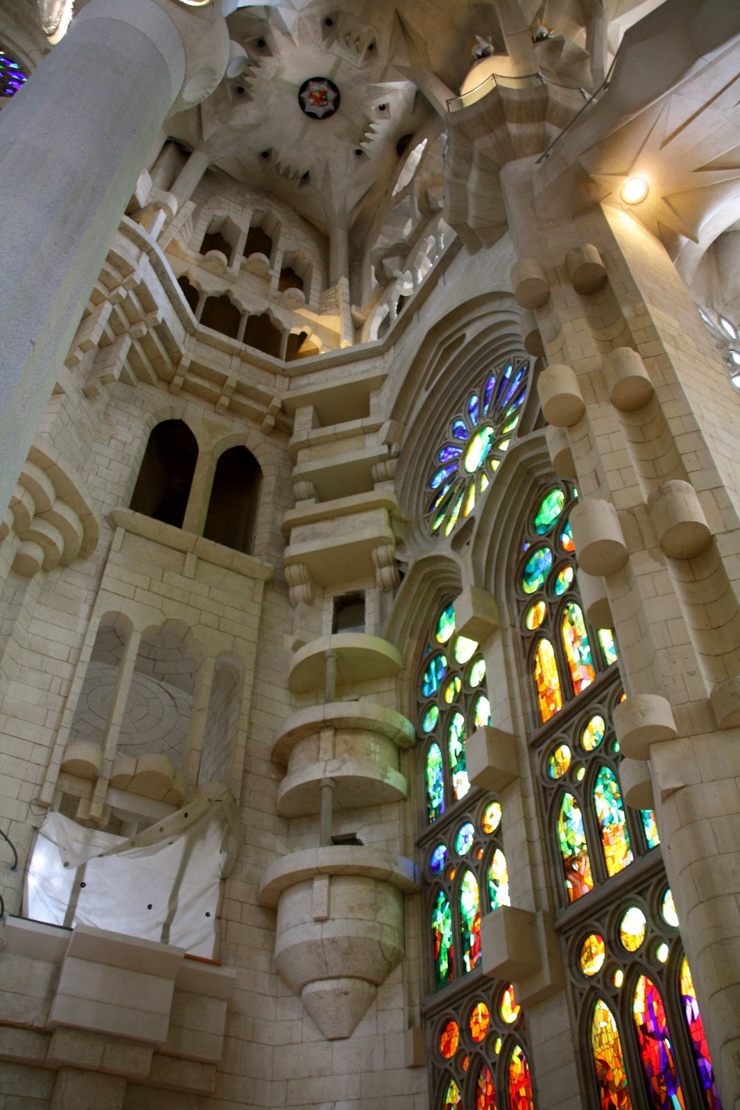 The adventures of peg interior of la sagrada familia for Interior sagrada familia