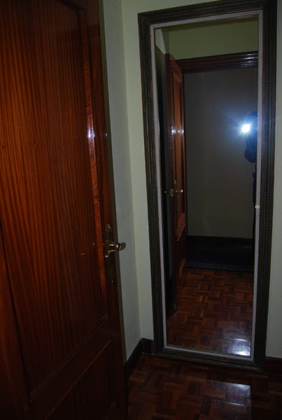 Esta casa es una ruina puerta invisible puerta secreta for Espejos para pegar en puertas