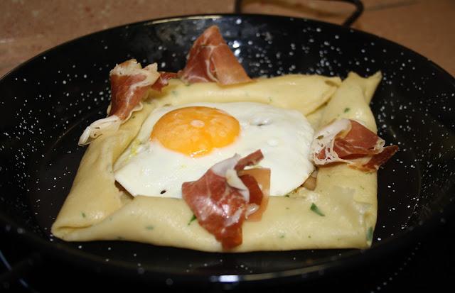 crepe salado relleno de setas,huevo frito y jamón