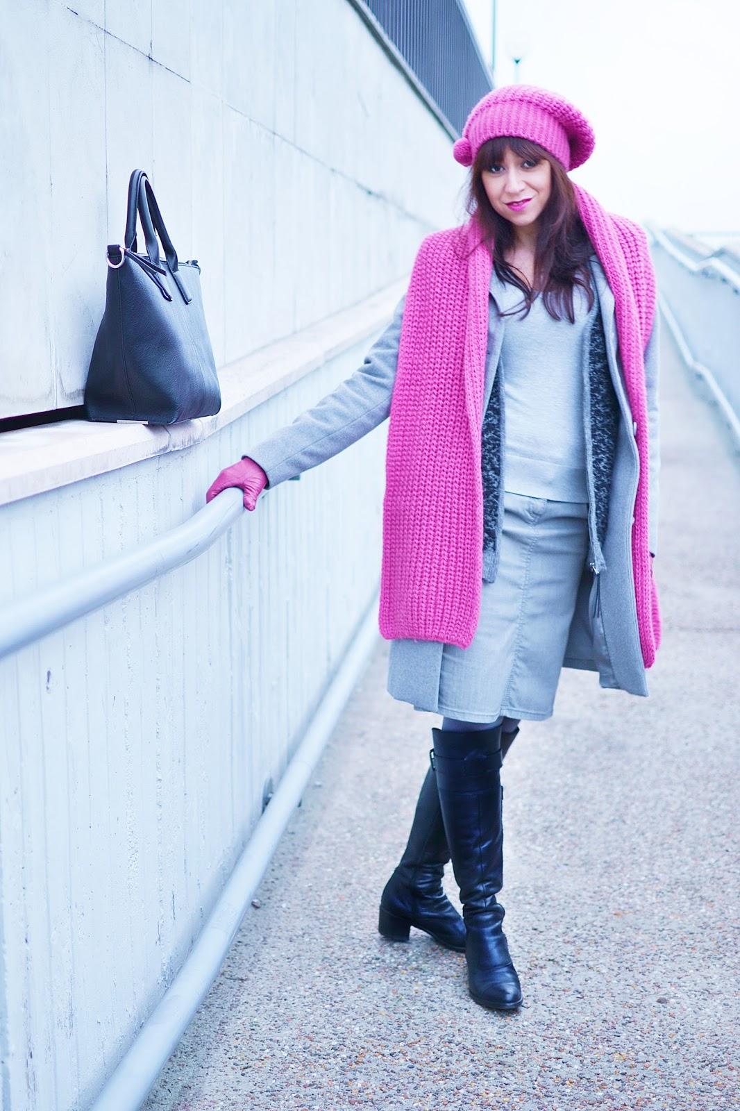 Úsmev Mony Lisy_Katharine-fashion is beautiful_Ružové kožené rukavice_Sivé pančuchy_Denim sukňa_Katarína Jakubčová_Fashion blogger