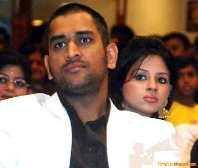 sakshi_rawat_with_dhoni_FilmyFun.blogspot.com