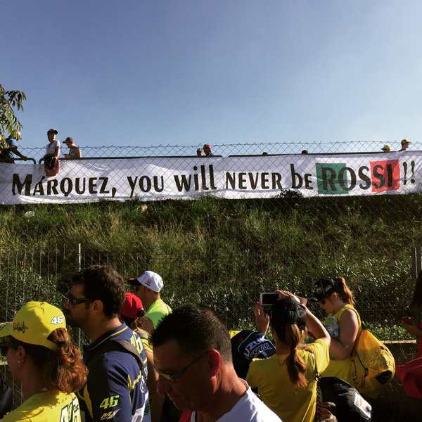 Ironis, bahkan spanduk ini terpasang di Valencia, Spanyol
