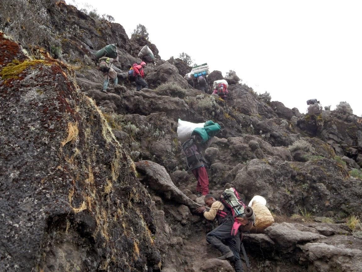 Porteadores-ascendiendo-la-pared-del-barranco-de-la-ruta-machame