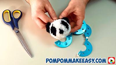 Новогодняя игрушка Панда игрушка из помпонов своими руками