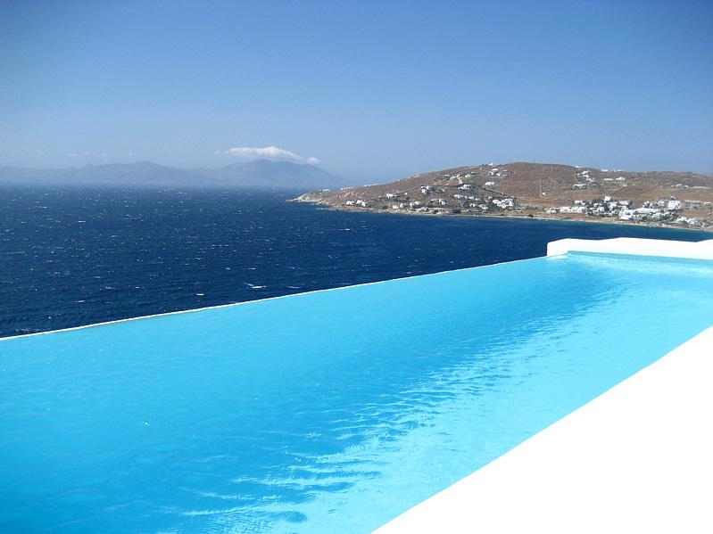piscina daora do lado do mar boa visao parece que nao tem parede na berada maravilhosa