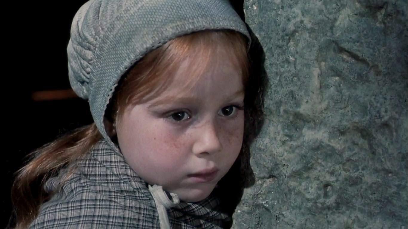 Petite fille regardant un spectacle d'ombres dans Comrades