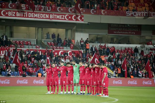 "Teriakkan ""Allahu Akbar"" saat Hening Cipta, Fans Turki dianggap Cemoohkan Korban Serangan Paris"