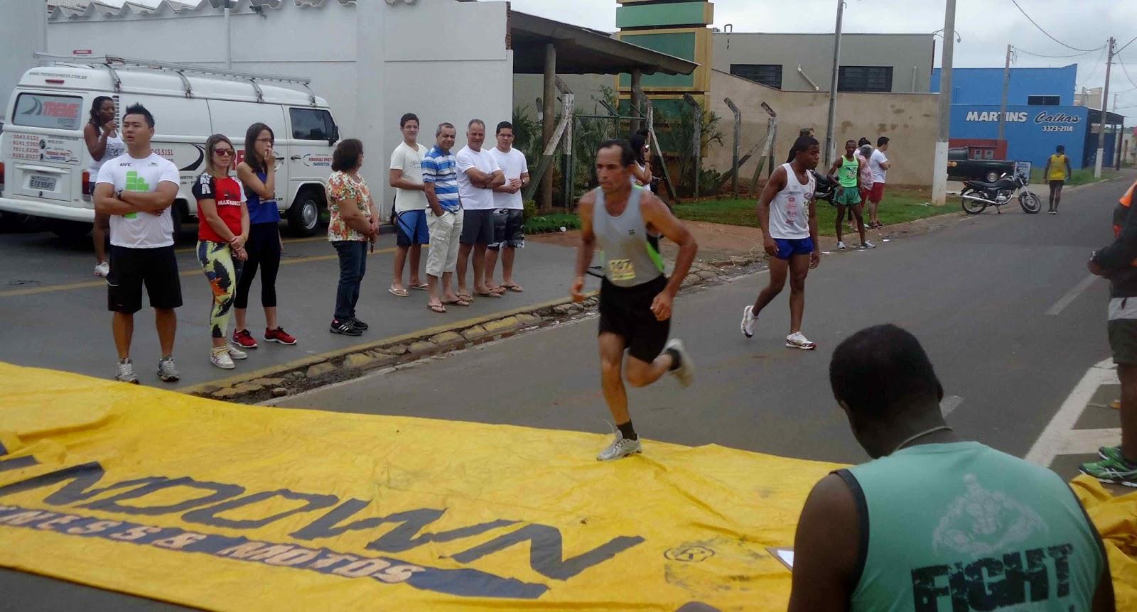 Foto 102 da 1ª Corrida Av. dos Coqueiros em Barretos-SP 14/04/2013 – Atletas cruzando a linha de chegada