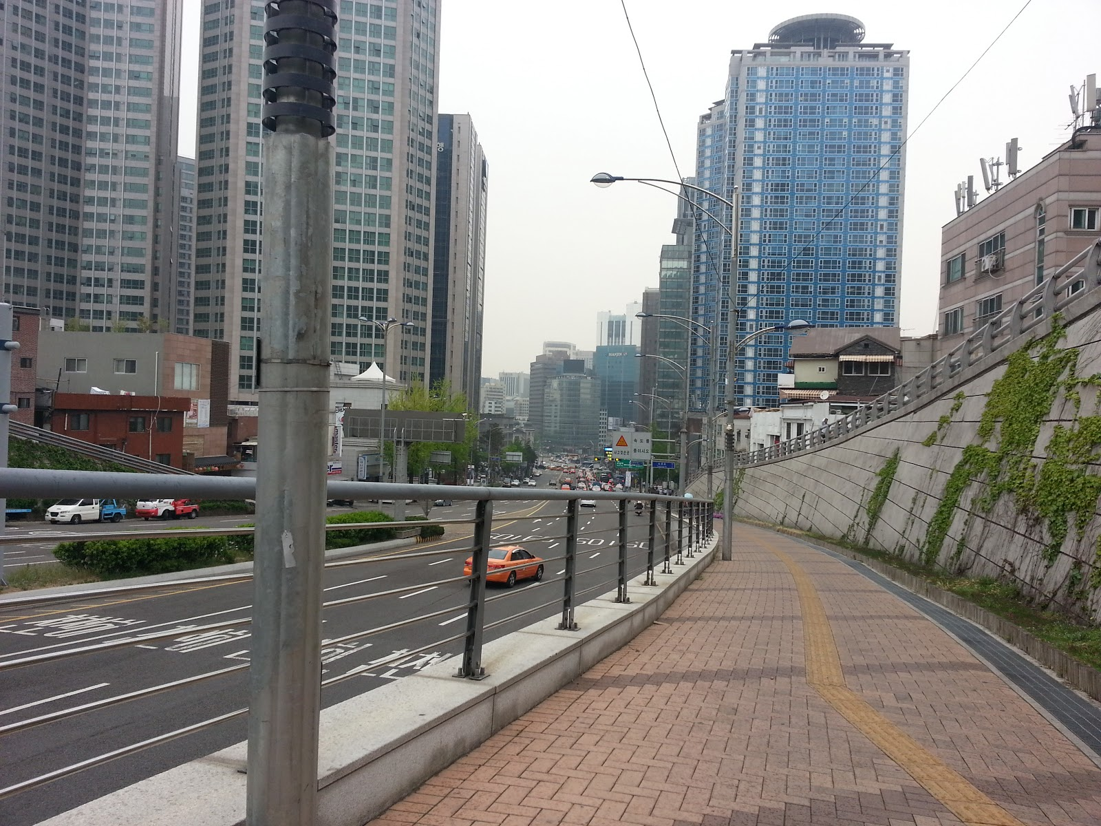 Namsan cable car - The Namsan Oreumi Is A Free Outdoor Elevator That Runs Between The Plaza In Front Of The Namsan Tunnel 3 Commemorative Plaza And The Namsan Cable Car