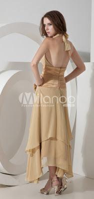 Une robe parfaite a besoin d'une femme comme il faut. Doté d'un design taille col V profond et la robe empire est chaud et sexy! La jupe a une double couche de volants et d'un archet sur la ceinture de caisse qui est juste conçu pour vous. La couleur dorée vous permettra scintillant sous le feu des projecteurs complètement attirer les yeux des gens. L'utilisation du satin et mousseline de soie décent est l'ajout d'élégance illimité et noble.