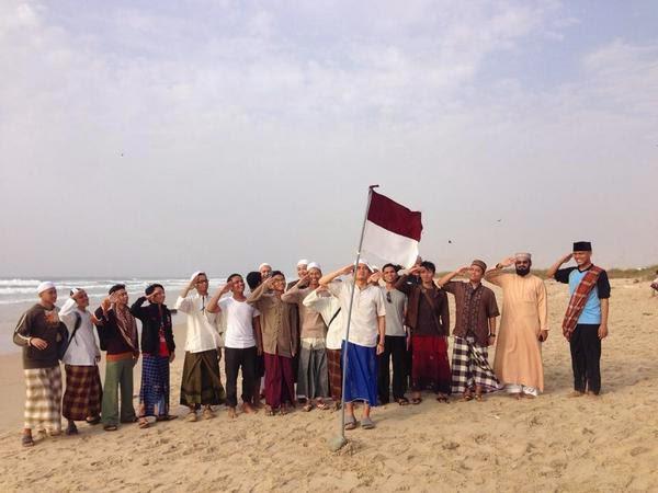 Mahasiswa Indonesia di Universitas Al-Ahgaff sedang melakukan penghormatan terhadap Sang Saka Merah Putih.