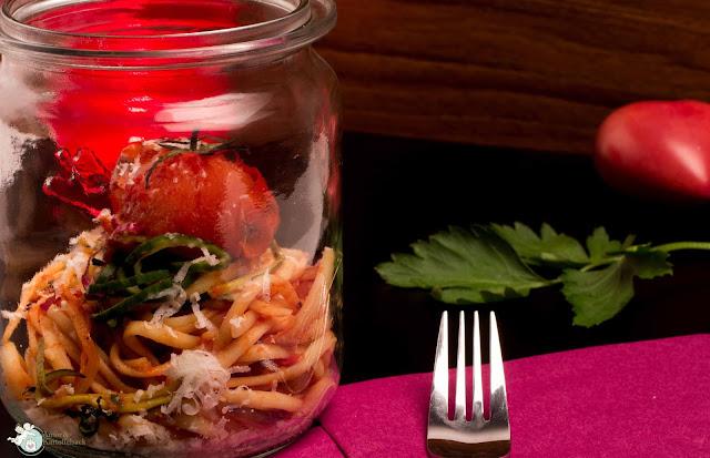 Pasta mit Tomatensugo und Gemüse