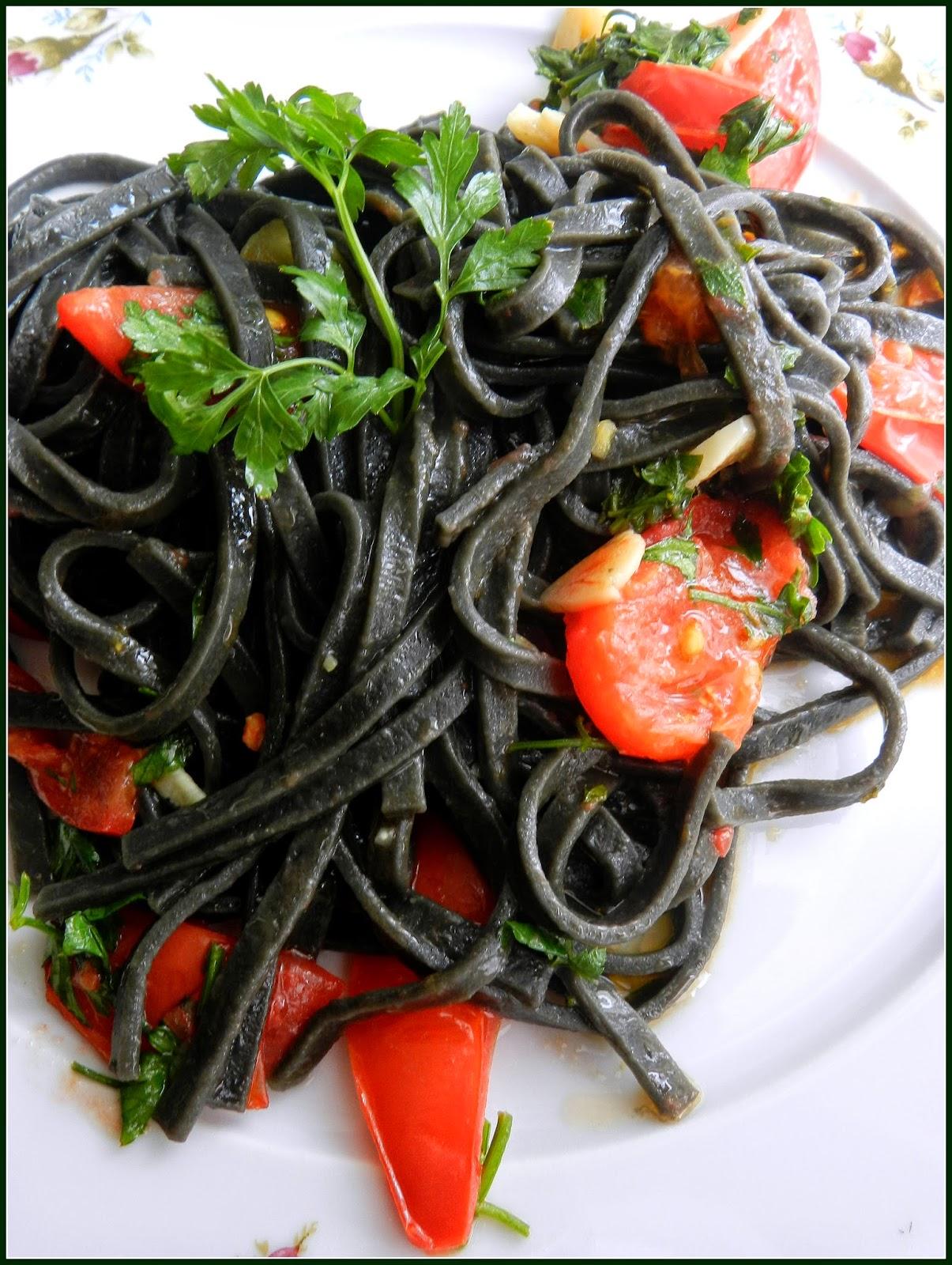 czarny makaron z pomidorami