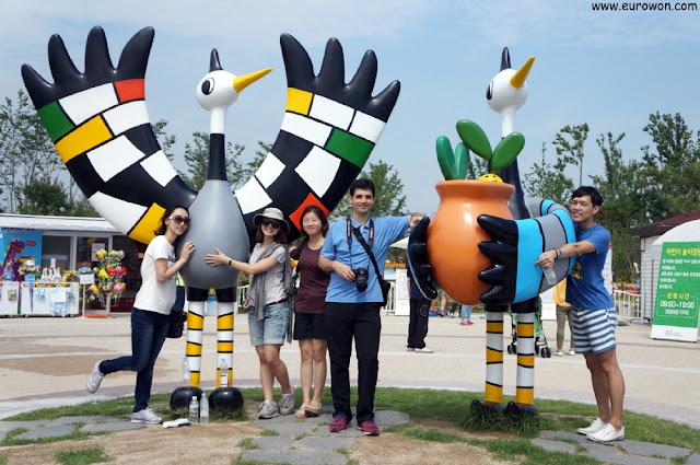 Turistas con las mascotas de la Expo de Jardines de la Bahía Suncheonman