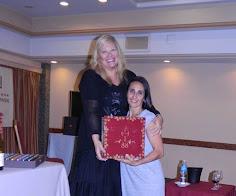 Silvia Ramos de Barton entregó a Maricel Camperi un Aromaster en agradecimiento por la organización
