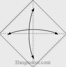 Bước 1: Gấp tờ giấy vào làm bốn để tạo các nếp gấp, sau đó lại mở ra.