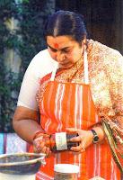 Shri Mataji főzés közben
