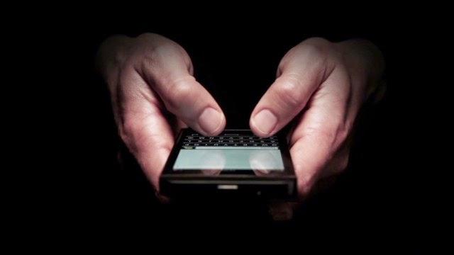 BlackBerry ha tenido un año increíble. La acciones subieron casi un 40% en el 2014 mientras los inversionistas adoptan el cambio de estrategia del nuevo gerente ejecutivo, John Chen. Ahora Chen podría enfrentarse a su mayor desafío hasta ahora: un ataque directo de dos titanes tecnológicos. Apple e IBM anunciaron una asociación que dejaría que Big Blue ofrezca iPhones y iPads mejorados a los clientes empresariales. Las acciones de BlackBerry bajaron casi 10% el miércoles. Aunque Blackberry está perdiendo la batalla de los consumidores de los teléfonos inteligentes con Apple, las empresas como Samsung que venden teléfonos que utilizan Android