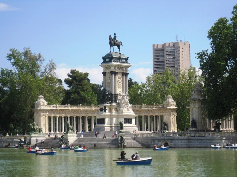 Por el mundo estanque del retiro y palacio de cristal for Parque del retiro barcas