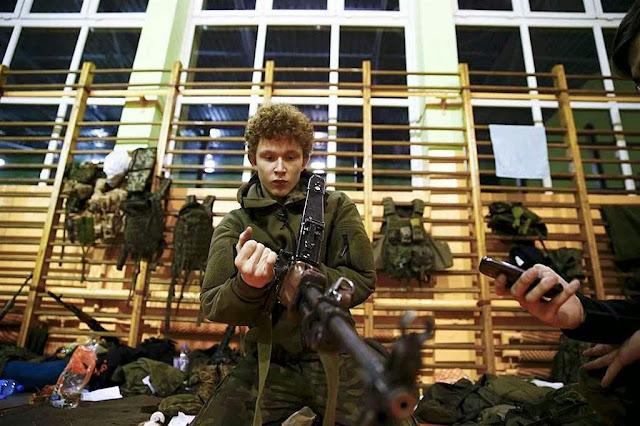 Jovens poloneses engrossam milícias civis voluntárias de defesa.