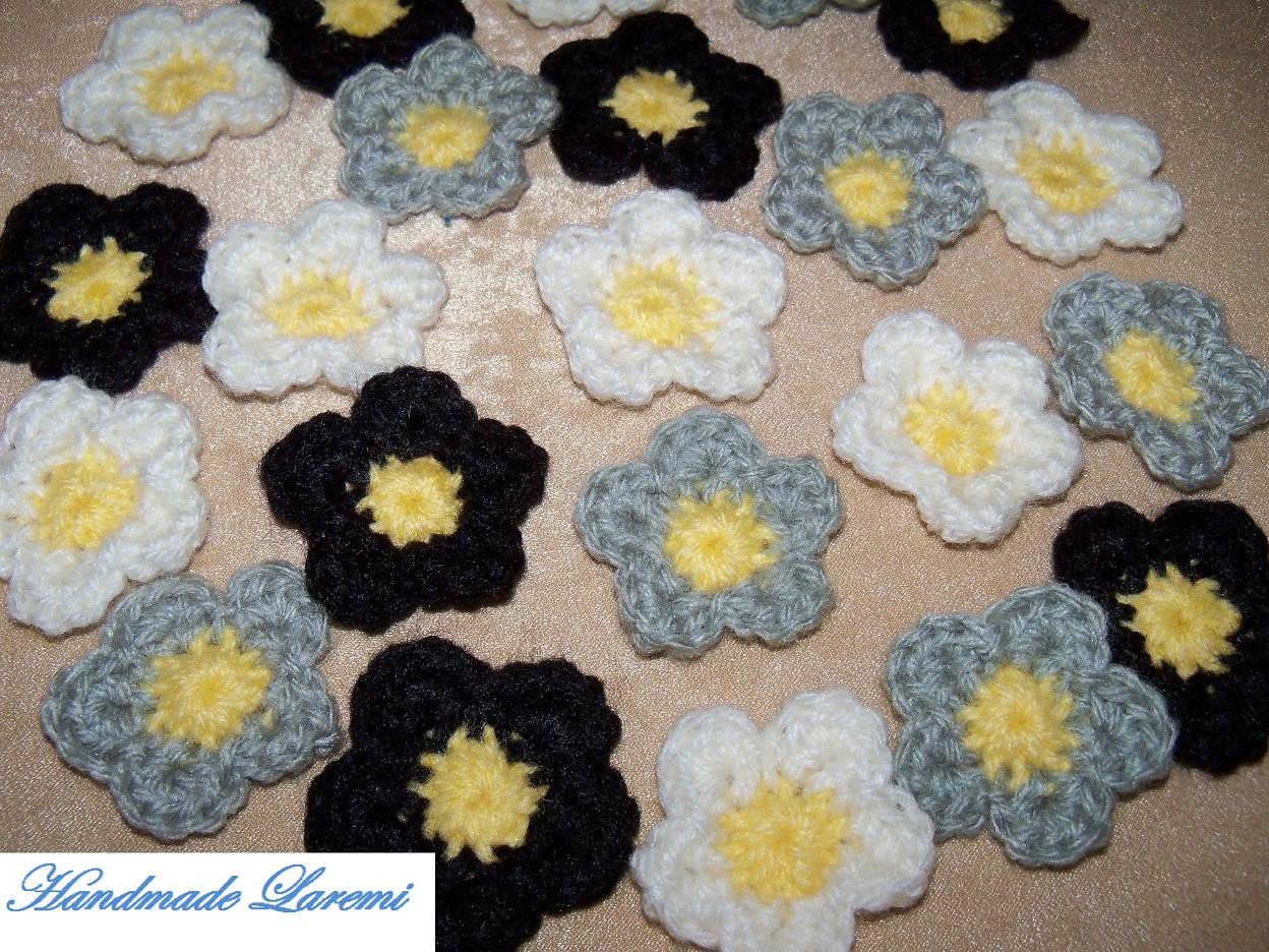 Set Format Din 8 Flori Crosetate  O Floare Are Diametrul De