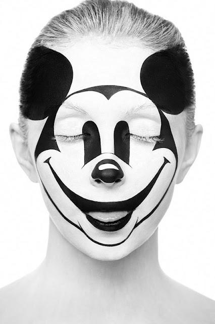 Pinturas em preto e branco criam belo trabalho artístico em rosto de modelo