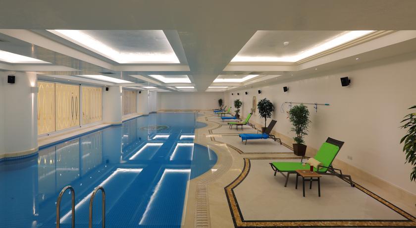 Atlı Otel Havuzu