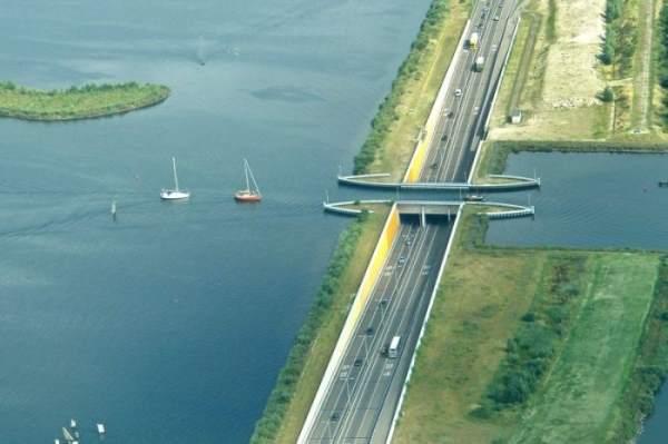 """بالصور والفيديو: نفق رائع في هولندا يسمى """"Aquaduct-Harderwijk"""" يربط بين هولندا وجزيرة فليفولاند"""