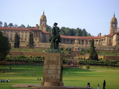 Potężne budynki rządu RPA zwane Union Buildings wybudowane w 1910 roku