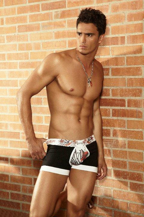 Videos chicos gays dotados photo sexy girls for Ropa interior masculina hot