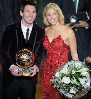 Foto de Shakira y Gerard Piqué junto a su balón de oro