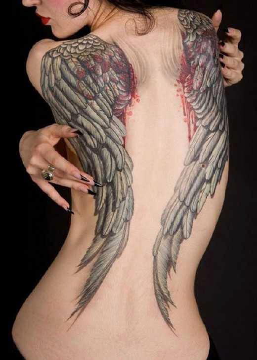 Chica con tatuaje de alas
